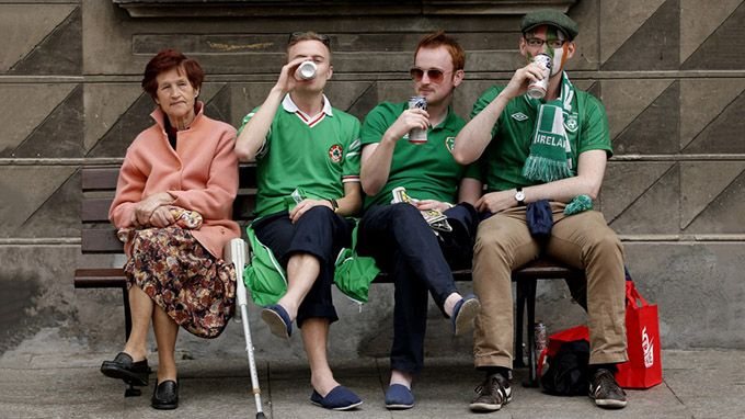 irishmen drinking beer